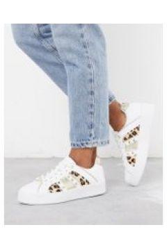 River Island - Sneakers con stampa leopardata e borchie a triangolo bianche-Bianco(112608782)
